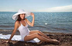 Mooi meisje in een witte hoed Stock Afbeelding