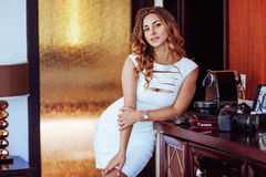 Mooi meisje in een witte kleding Royalty-vrije Stock Afbeeldingen
