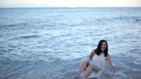 Mooi meisje in een witte kleding op kust stock video