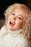 Mooi meisje in een witte sweater met kraag Stock Afbeeldingen
