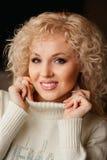 Mooi meisje in een witte sweater met kraag Royalty-vrije Stock Afbeelding