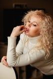 Mooi meisje in een witte sweater met kraag Royalty-vrije Stock Foto's