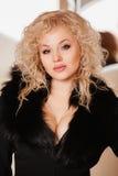 Mooi meisje in een zwart jasje met kraag Stock Foto's