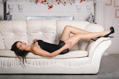 Mooi meisje in een zwarte kleding Royalty-vrije Stock Foto's