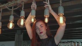 Mooi meisje in elegante kleding in haar luxueuze flat stock video