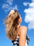 Mooi meisje en de bewolkte hemel royalty-vrije stock foto