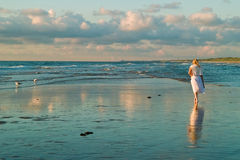Mooi meisje en de zeemeeuwen Royalty-vrije Stock Fotografie