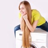 Mooi meisje en een geïsoleerde wasmachine Royalty-vrije Stock Afbeeldingen