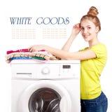 Mooi meisje en een geïsoleerde wasmachine Stock Fotografie