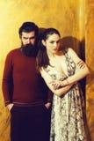 Mooi meisje en ernstige gebaarde mens met baard royalty-vrije stock foto