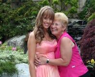 Mooi meisje en haar grootmoeder Stock Afbeelding