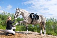 Mooi meisje en haar knap paard. Royalty-vrije Stock Afbeelding