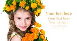 Mooi meisje en wilde bloemen Stock Afbeelding