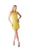 Mooi meisje in gele die de zomerkleding op wit wordt geïsoleerd Royalty-vrije Stock Afbeelding