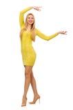 Mooi meisje in gele die kleding op het wit wordt geïsoleerd Royalty-vrije Stock Afbeeldingen