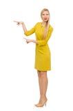 Mooi meisje in gele die kleding op het wit wordt geïsoleerd Stock Fotografie