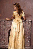 Mooi meisje in gouden kleding stock foto