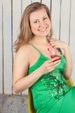 Mooi meisje in groene kleding met cocktail Stock Foto