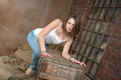 Mooi meisje in grungebinnenland Royalty-vrije Stock Foto