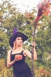 Mooi meisje in heksenkostuum met bezemsteel Royalty-vrije Stock Fotografie