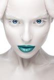 Mooi meisje in het beeld van albino met blauwe lippen en witte ogen Het gezicht van de kunstschoonheid Royalty-vrije Stock Afbeeldingen