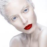 Mooi meisje in het beeld van albino met rode lippen en witte ogen Het gezicht van de kunstschoonheid royalty-vrije stock fotografie