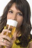 Mooi meisje het drinken bier van het glas Stock Afbeelding