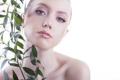 Mooi meisje Het Europese, jonge, blauw-eyed vrouw stellen met vers, groen blad Royalty-vrije Stock Afbeeldingen