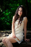 Mooi meisje in het hout Royalty-vrije Stock Afbeeldingen