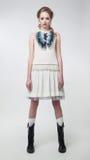 Mooi meisje in het lichte zomerse kleding stellen Royalty-vrije Stock Afbeeldingen