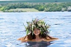Mooi meisje in het meer royalty-vrije stock afbeelding