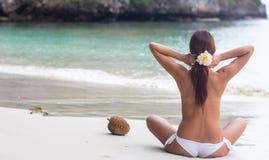 Mooi meisje in het overzees op een zonnige dag Royalty-vrije Stock Afbeeldingen