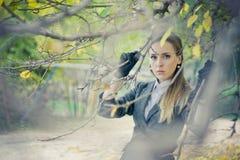 Mooi meisje in het park royalty-vrije stock afbeeldingen
