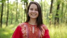 Mooi meisje in het rode kleding glimlachen stock video