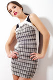 Mooi meisje in het zwart-witte rok stellen stock afbeelding