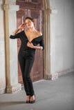 Mooi meisje in het zwarte kostuum stock fotografie
