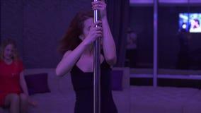 Mooi meisje in hoge hielen en elegante zwarte kleding met pylone Vrouwelijke de vrouwen dansende pool van de pooldanser op donker stock video
