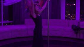 Mooi meisje in hoge hielen en elegante zwarte kleding met pylone Vrouwelijke de vrouwen dansende pool van de pooldanser op donker stock footage