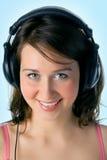 Mooi meisje in hoofdtelefoons Stock Foto's