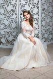 Mooi meisje in huwelijkstoga Royalty-vrije Stock Afbeeldingen