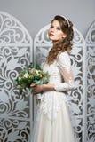 Mooi meisje in huwelijkstoga Stock Foto's