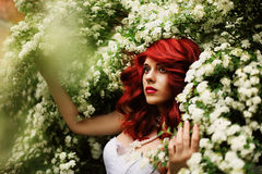 Mooi meisje (25 jaar oud) in witte huwelijkskleding Stock Afbeeldingen