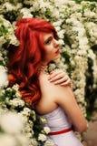 Mooi meisje (25 jaar oud) in witte huwelijkskleding Stock Foto's
