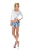 Mooi meisje in jeans korte en witte die blouse op wit wordt geïsoleerd Royalty-vrije Stock Afbeeldingen