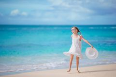 Mooi meisje in kleding bij strand die pret hebben royalty-vrije stock foto's