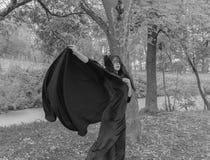 Mooi meisje in kleding en masker het richten Rebecca 36 Royalty-vrije Stock Foto