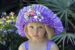 Mooi meisje in kleurrijke hoed Stock Foto's