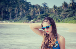 Mooi meisje in kleurrijke zonnebril Stock Foto