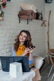 Mooi Meisje in Koffie Stock Afbeelding