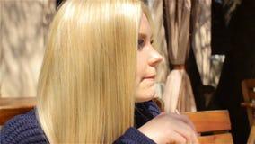 Mooi meisje in koffie, blonde Zonnige dag stock videobeelden